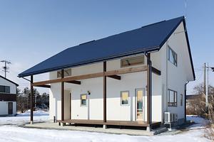 伸びやかな大屋根が印象的な住まい