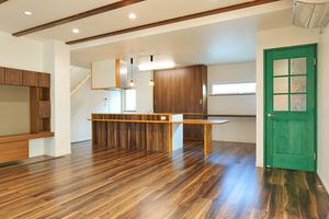 こだわりの造作家具のある、暖かな家